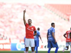 Gol e assistência de Thiago Galhardo em goleada do Internacional